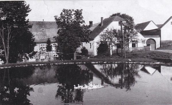 Kosov-náves. Stavení č, 3, největší selské stavení ve vesnici. Místu se říkalo Pauzarovi. Po roce 1945 statek včetně polností převzal stát. Později vše připadlo JZD Kosov. Statek postupně chátral, nebyl využíván a nakonec byl zbourán. Ke stavení patřila i stodola uváděna již v katastrálnlí mapě z roku 1779. Zbytky stodoly se zachovaly do dnes.