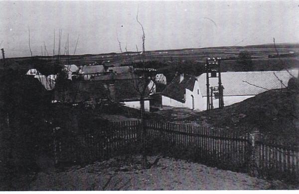 Obecní kovárna, původní cesta do vsi, stará studna s dřevěnou pumpou. Rovněž transformátorová stanice je již minulostí. Snímek před rokem 1945.