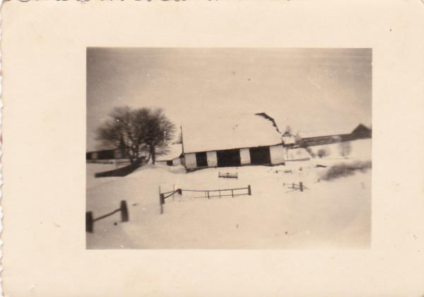 Snímek z let 45-50. Vedle zachovalé stodoly jsou na snímku zachyceny budovy statku  č. 3 a č. 4