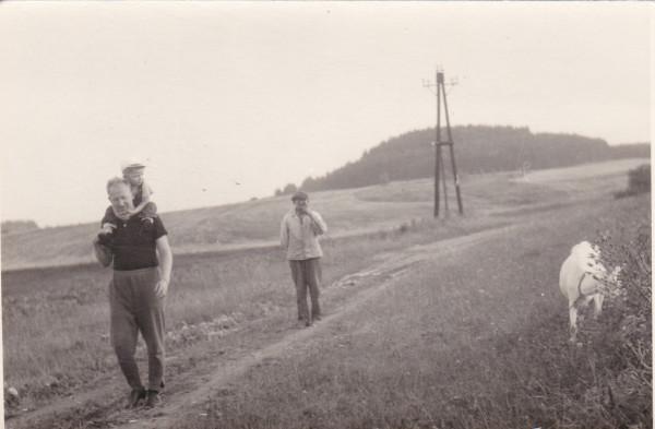 """""""Svinčák"""". Snímek z let 1950-55. Vpravo i vlevo podél cesty byla louka."""