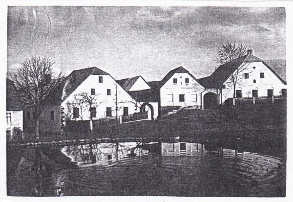 Kosov č. 2 a č. 1 - vpravo. Obytné budovy vyhořely, dnes již nestojí.