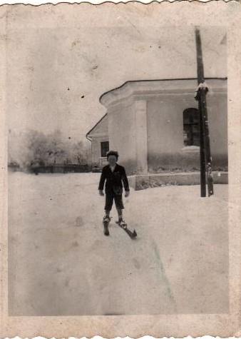 Malý Pepa Holub v roce 1941 na profi lyžích získaných ze směnných obchodů za máslo a vajíčka.