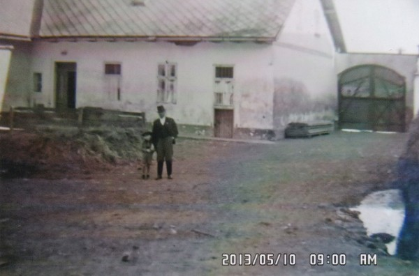 Matthias Bruni mit Sohn Fritz im Hof in Gossau. Heuete Nr. 18
