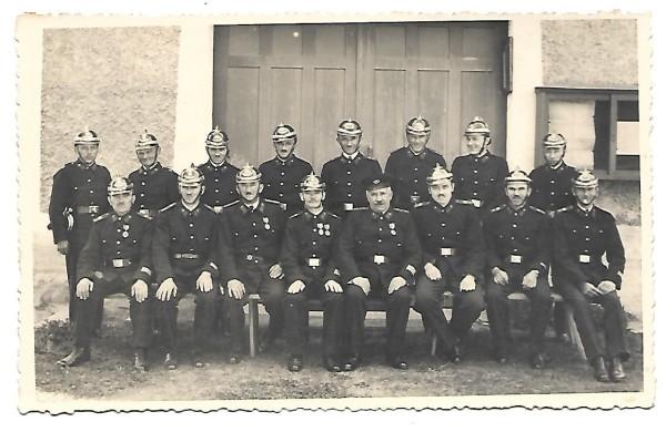 Hasičský sbor v parádních uniformách